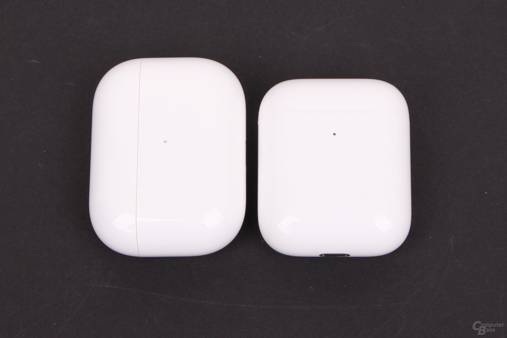 Ladecase der Apple AirPods Pro neben Ladecase der AirPods