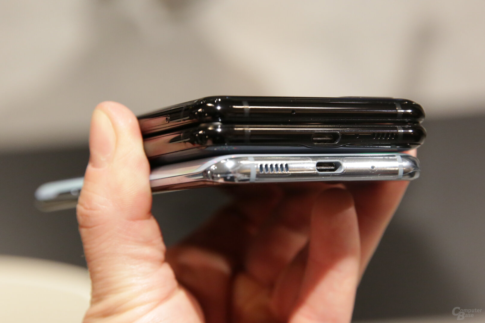 Galaxy Z Flip (oben) im Vergleich mit Galaxy S20