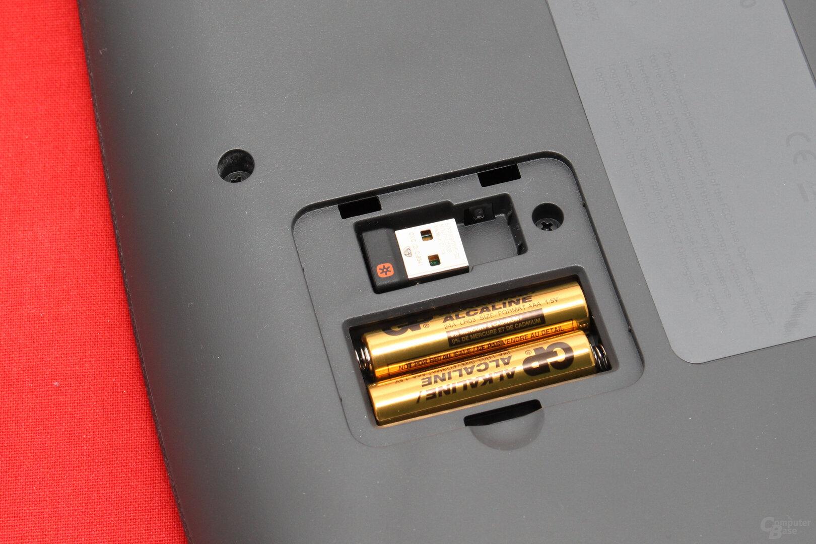 Zwei AAA-Batterien dienen als Energiequelle, ein Fach verstaut den Funkempfänger