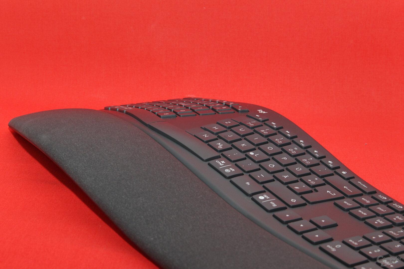 In der Mitte des Tastenfeldes liegt der höchste Punkt der Tastatur