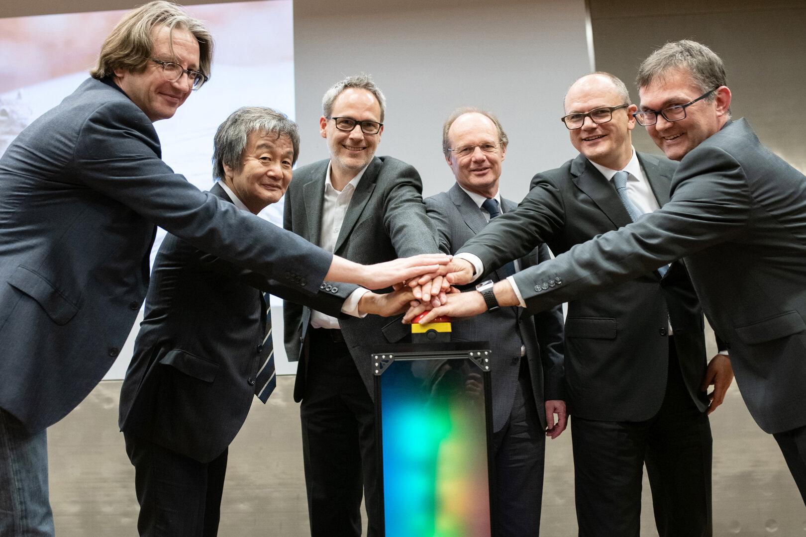 Drückten den Startknopf für den Supercomputer JUSTUS 2 (v.l.): Prof. Fedor Jelezko, Yuichi Kojima (NEC), Prof. Andreas Köhn, Uni-Präsident Prof. Michael Weber, Ulrich Steinbach (MWK) und Prof. Stefan Wesner