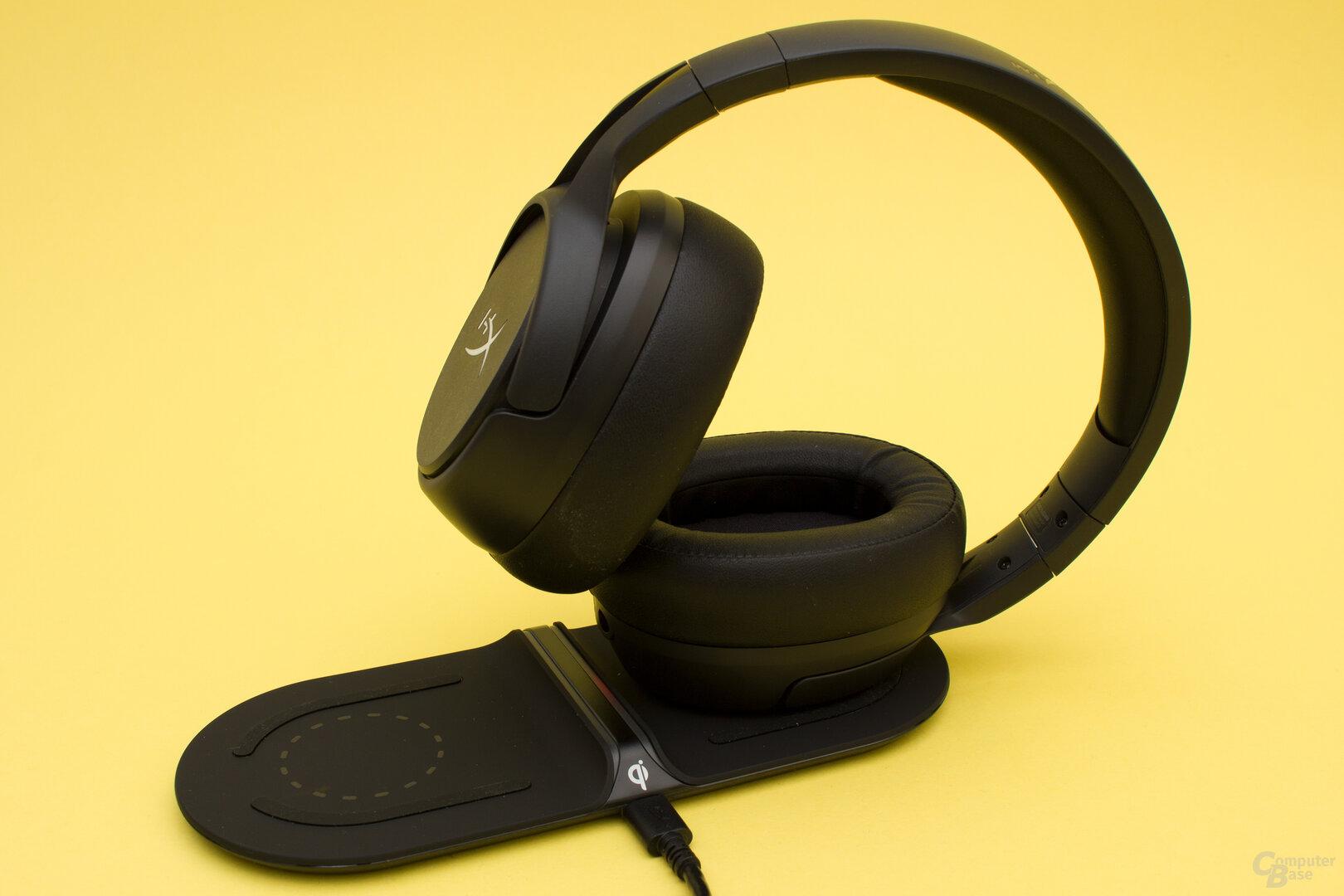 Das Headset lässt sich sowohl kabellos wie auch per USB-Kabel laden