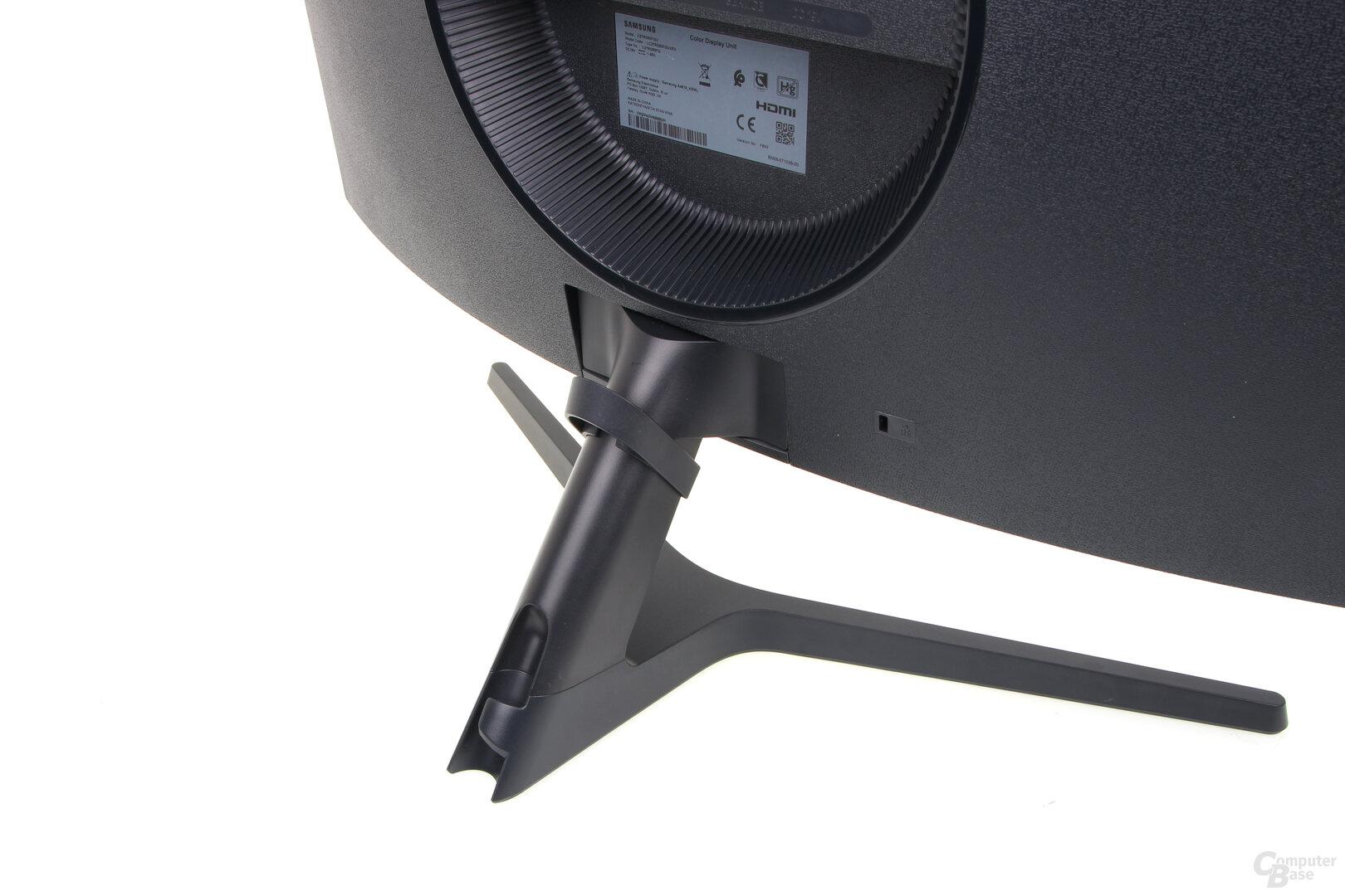 Samsung C27RG50: Kabeldurchführung am Standfuß