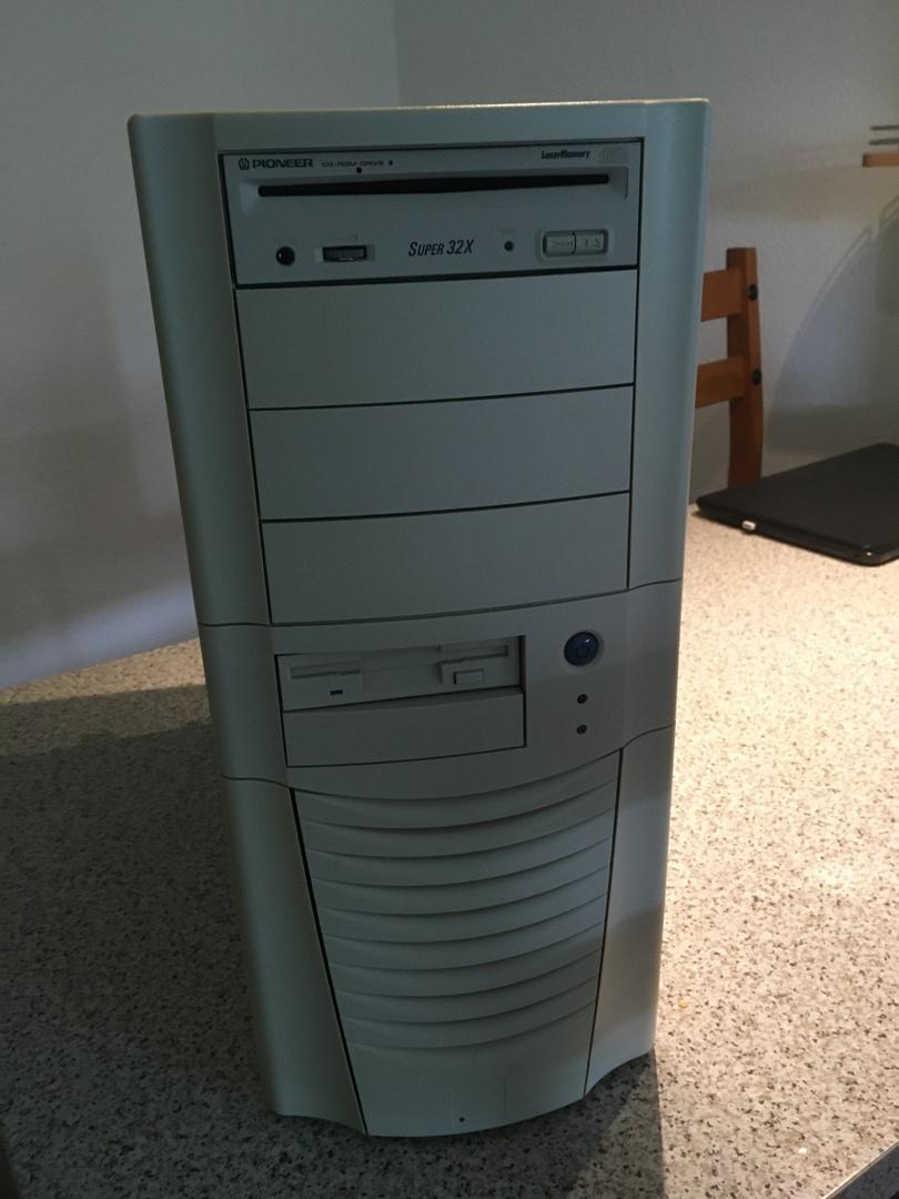 Auch der Autor besitzt ein Compucase 6AR1 mit Pentium II und 3dfx Voodoo 2 im SLI