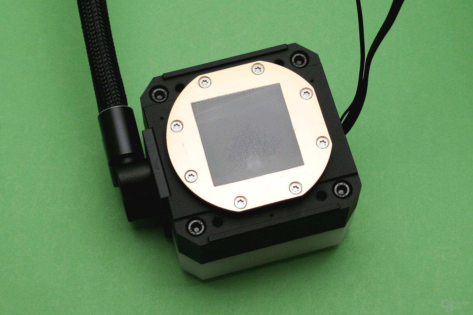 EK Water Blocks EK-AIO 240 D-RGB: Wärmeleitpaste ist bereits auf dem Kühler aufgetragen