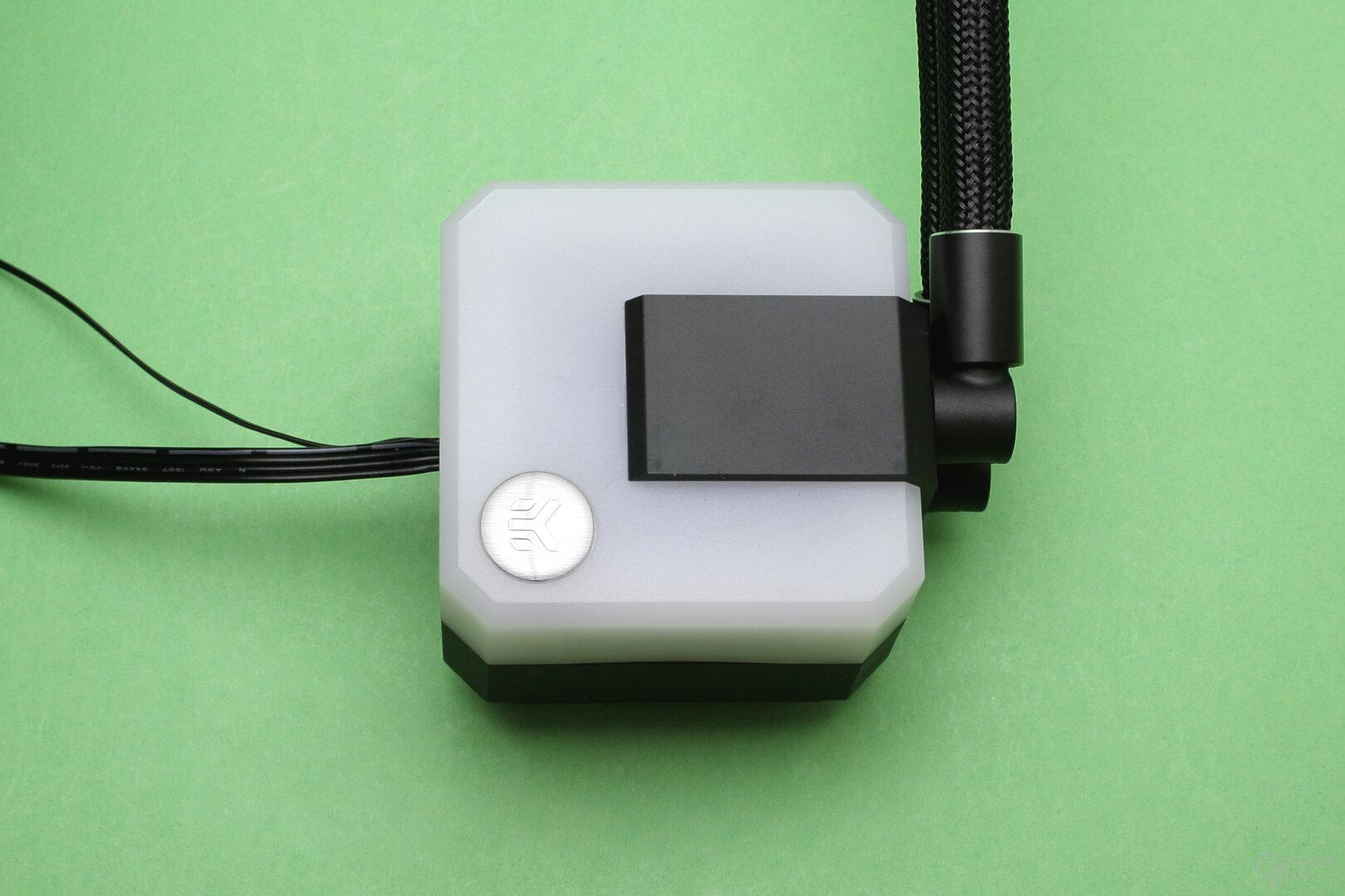 EK Water Blocks EK-AIO 240 D-RGB: Unter dem weißen milchig-weißen Kunststoff der Pumpe sind RGB-LEDs