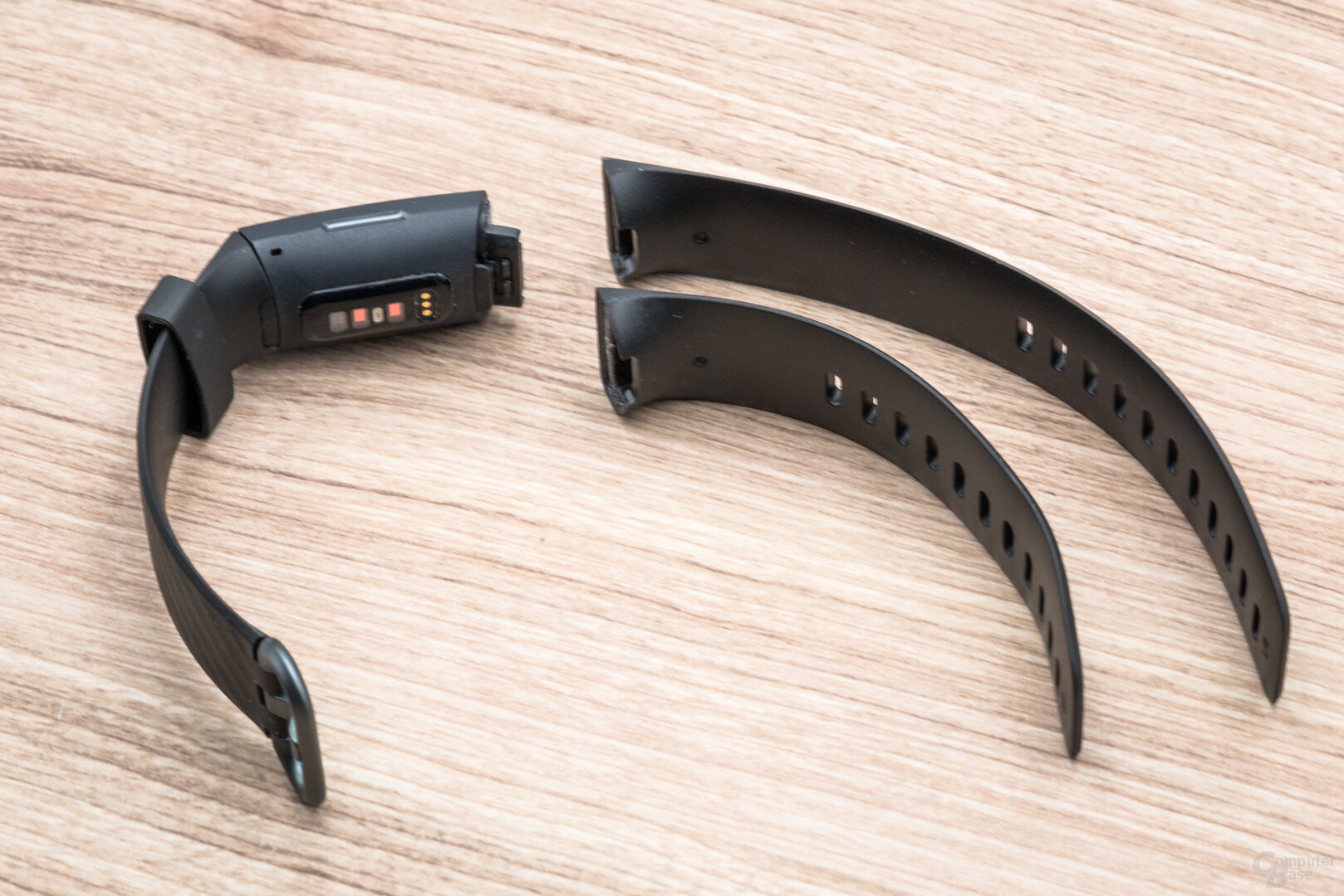 Fitbit Charge 4 im Test: Zwei Armbandlängen im Lieferumfang