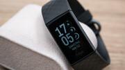 Fitbit Charge 4 im Test: Fitness-Tracker bietet eine Schar von Sensoren