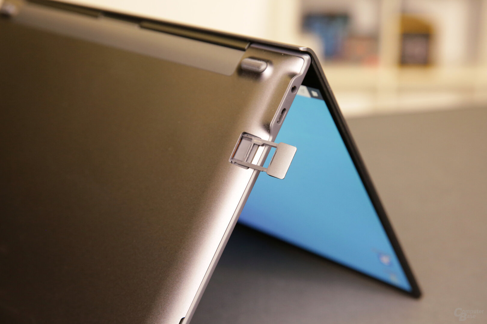SIM/microSD-Fach und USB Typ C/3,5-mm-Klinke links
