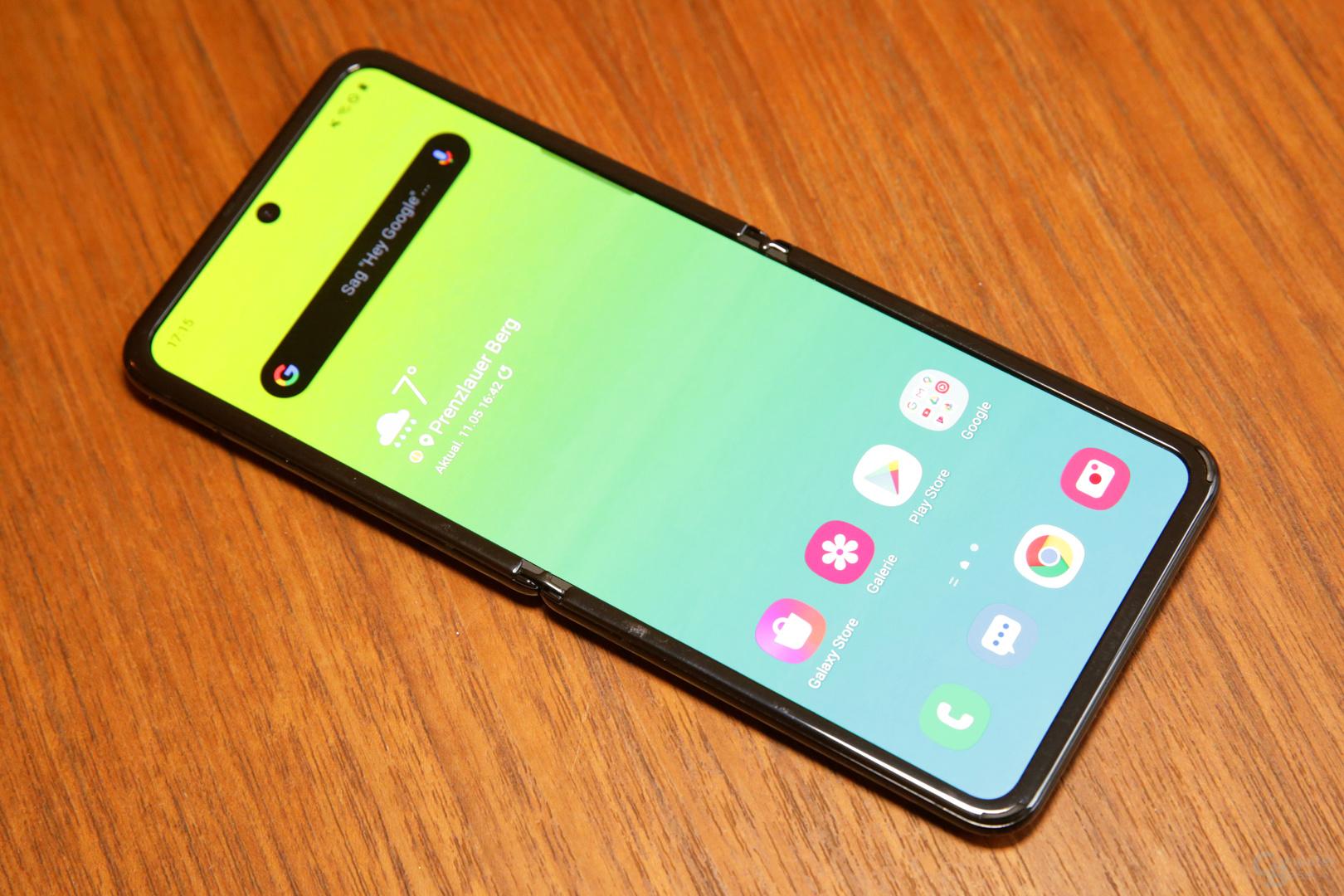 Das Galaxy Z Flip bietet aufgeklappt ein 6,7Zoll großes, flexibles OLED-Display