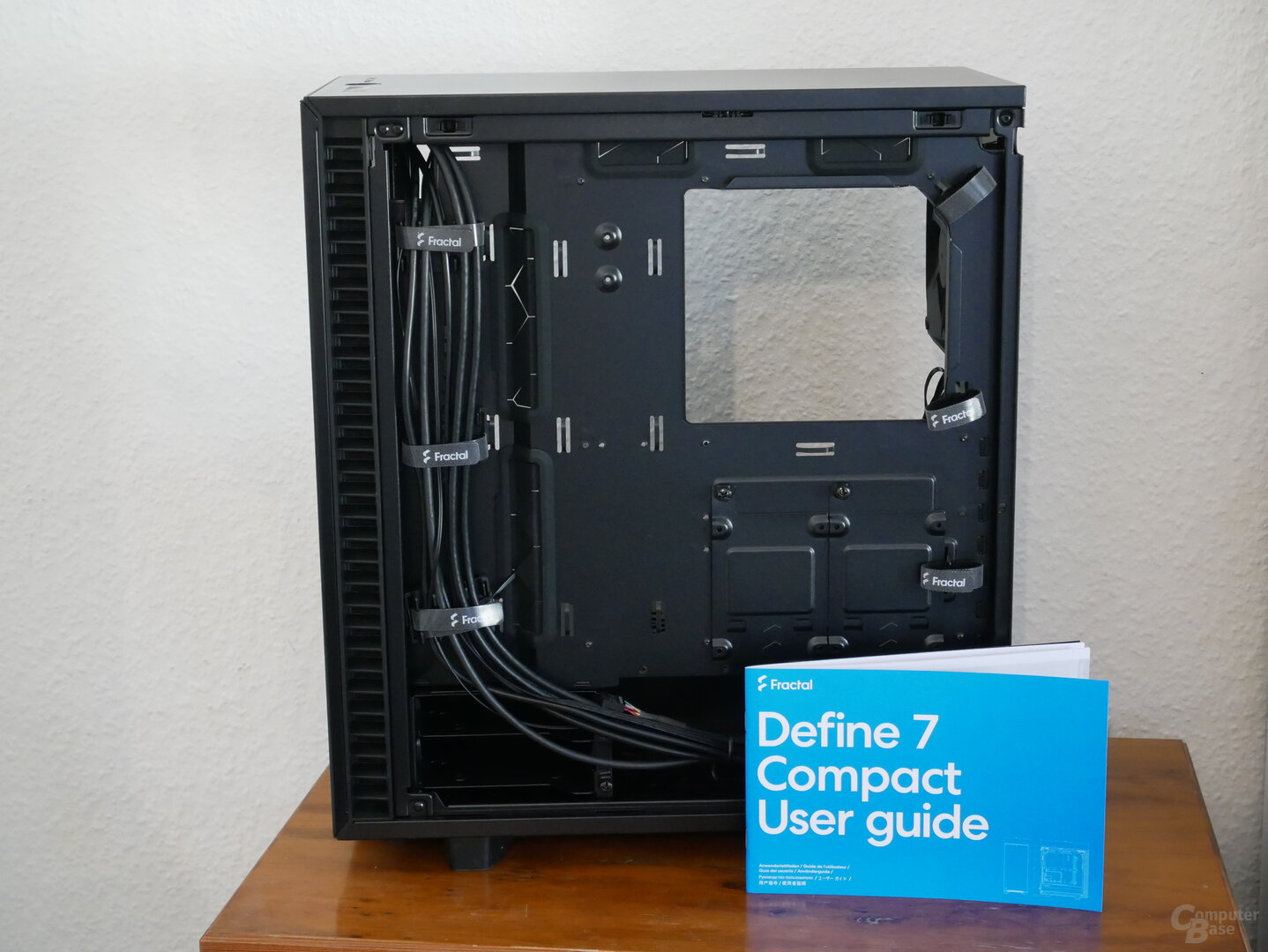 Define 7 Compact Seitenansicht mit Kabelmanagement und Gebrauchsanweisung
