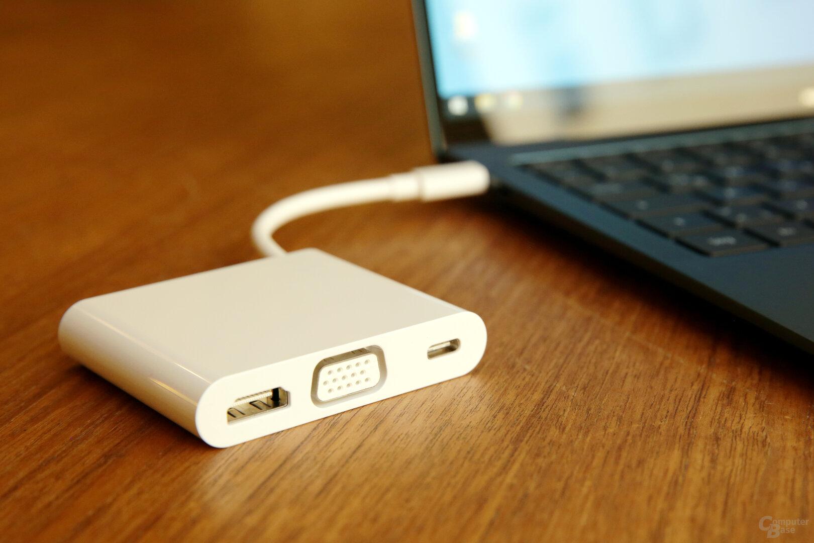 USB-C-Dock im Lieferumfang (bietet USB Typ A auf der Rückseite)