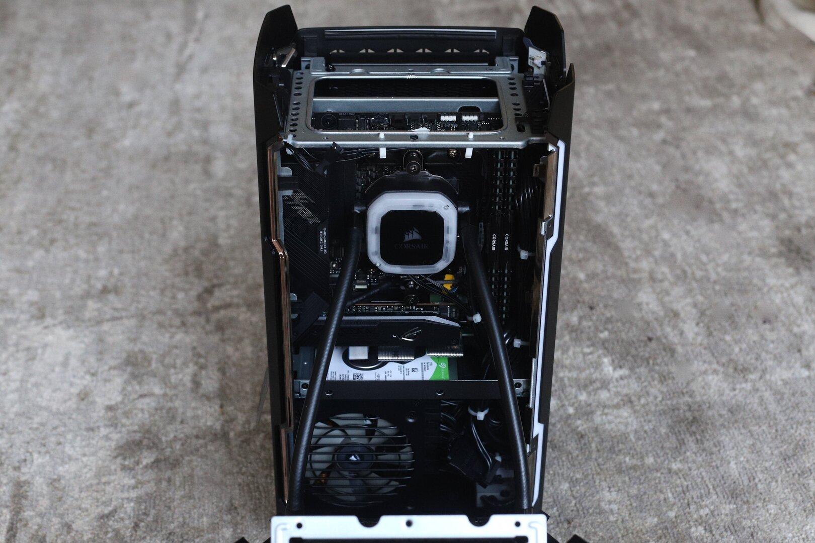 Blick auf die linke Kammer mit Mainboard und CPU