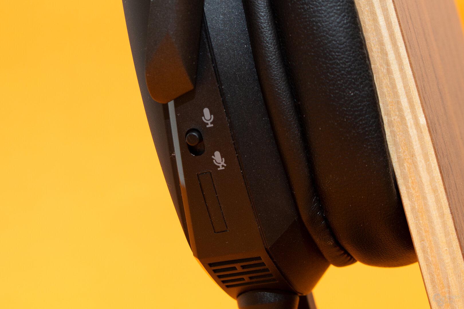Die Stummschaltung des Mikrofons als einziges Bedienelement am Headset