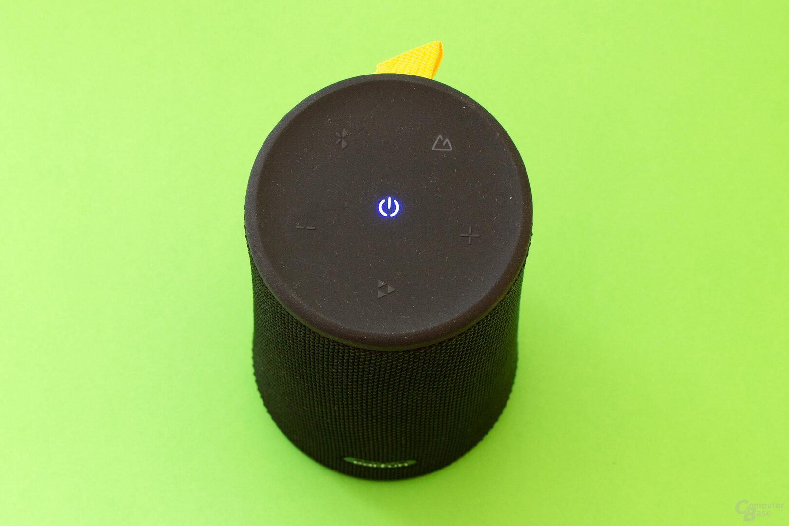 Über die gummierte Oberfläche lässt sich der Lautsprecher gut bedienen