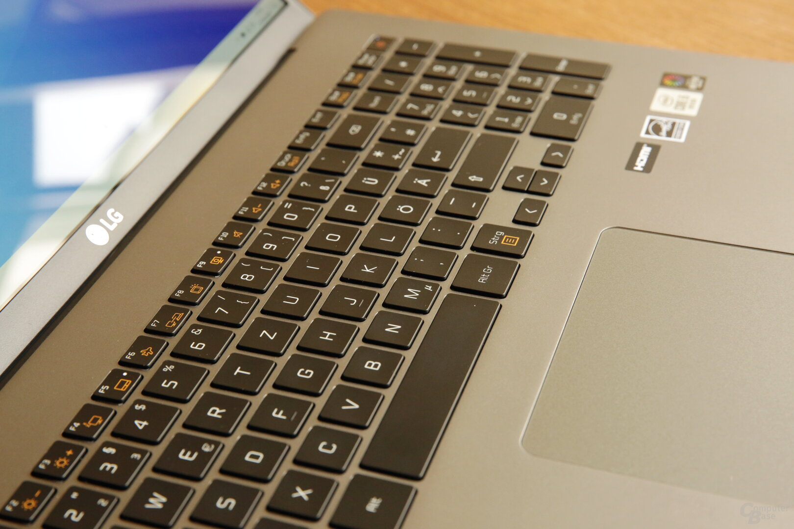 Die beleuchtete Tastatur des gram 17