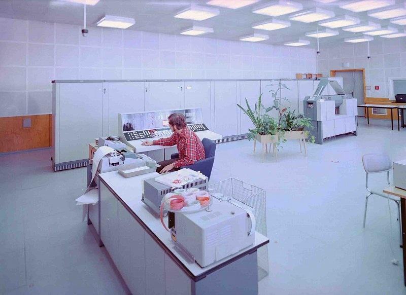 Maschinentisch, Bedientisch und Zentraleinheit des R300