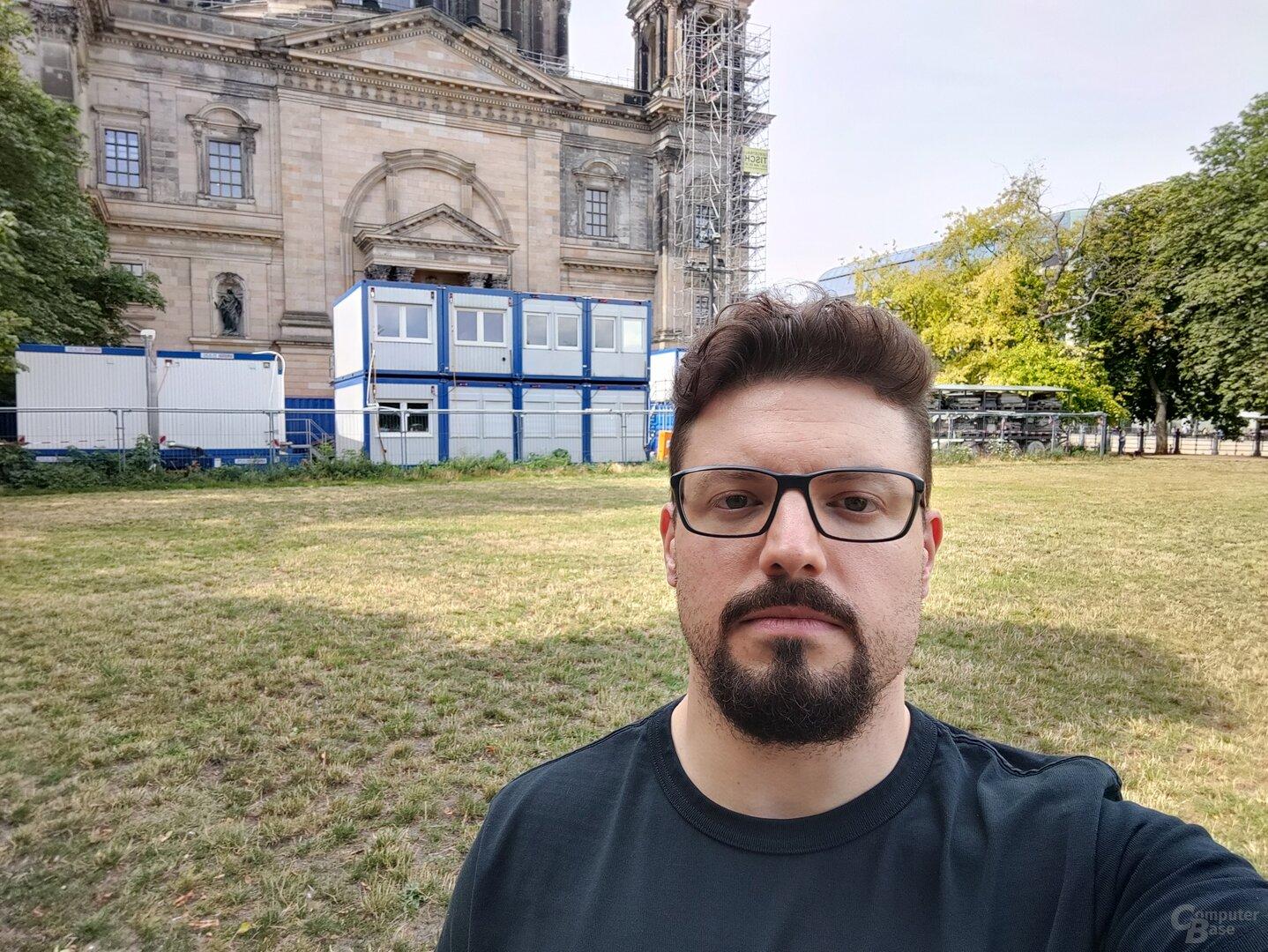 Selfie-Weitwinkel (f/2.5, ISO 125, 1/463s)