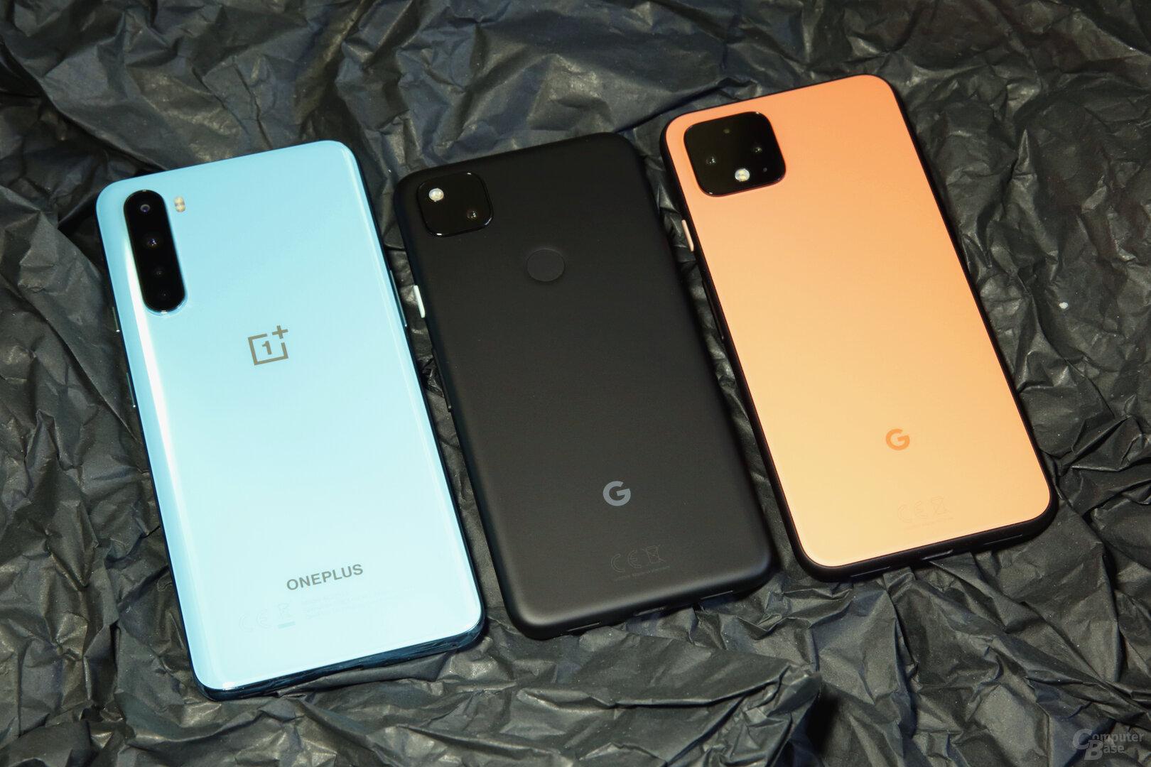 Das Pixel 4a ist deutlich kleiner als das OnePlus Nord, rechts daneben das Pixel 4