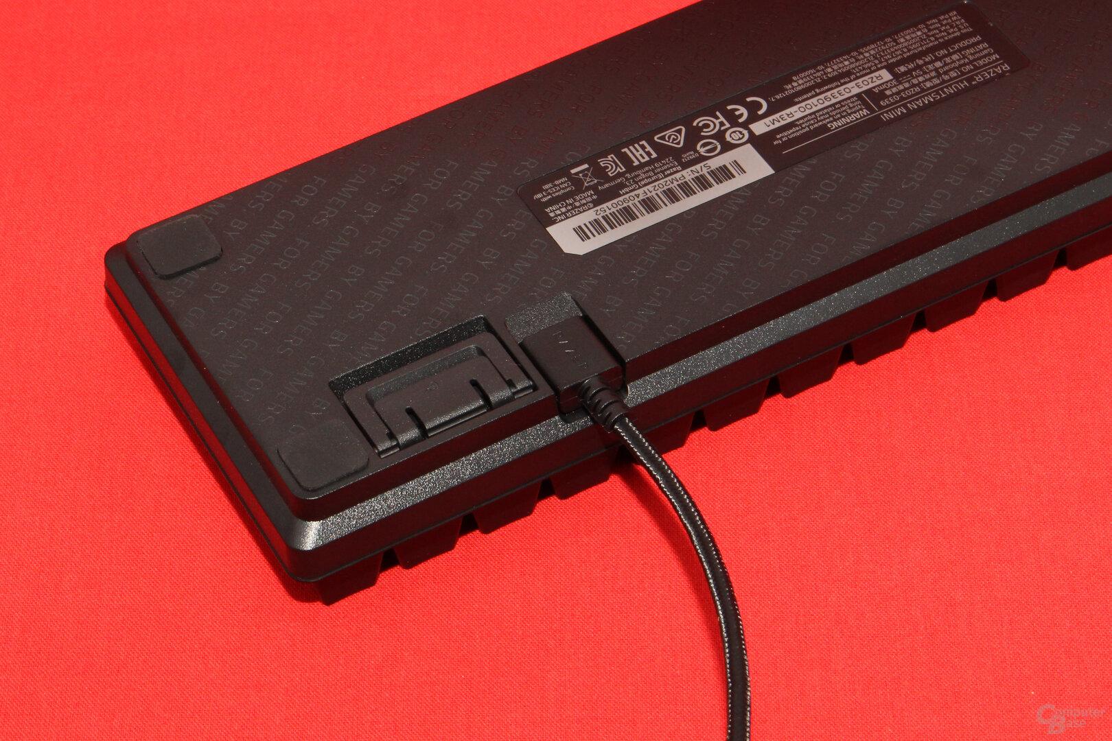 Das USB-Kabel wird durch seitliche Führungen fixiert und entlastet