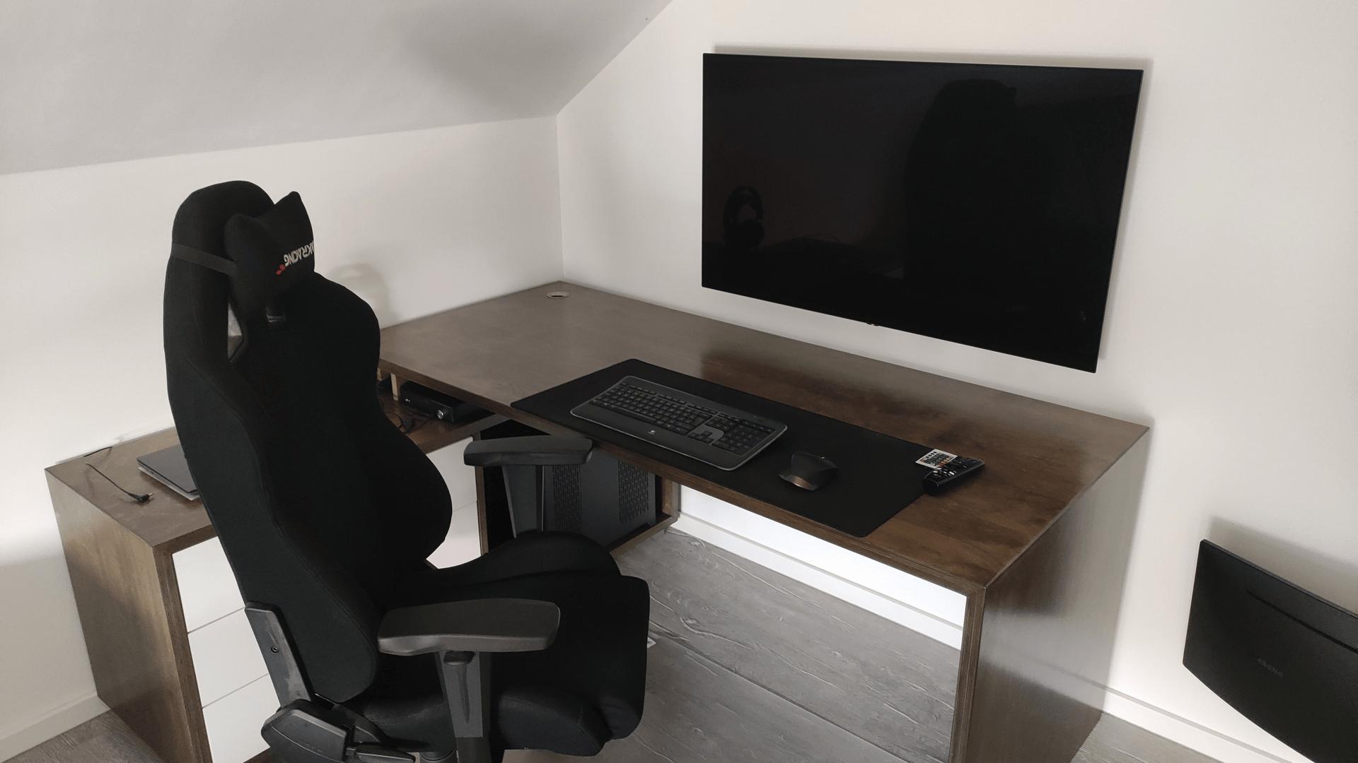 LG OLED 48CX im Monitorbetrieb auf dem Schreibtisch