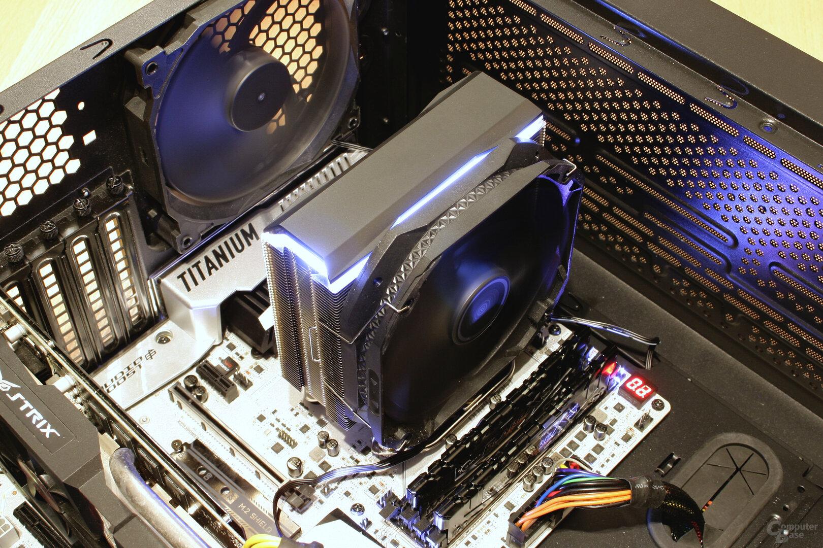 Deepcool AS500 im Testsystem: Beleuchtung auf Weiß eingestellt