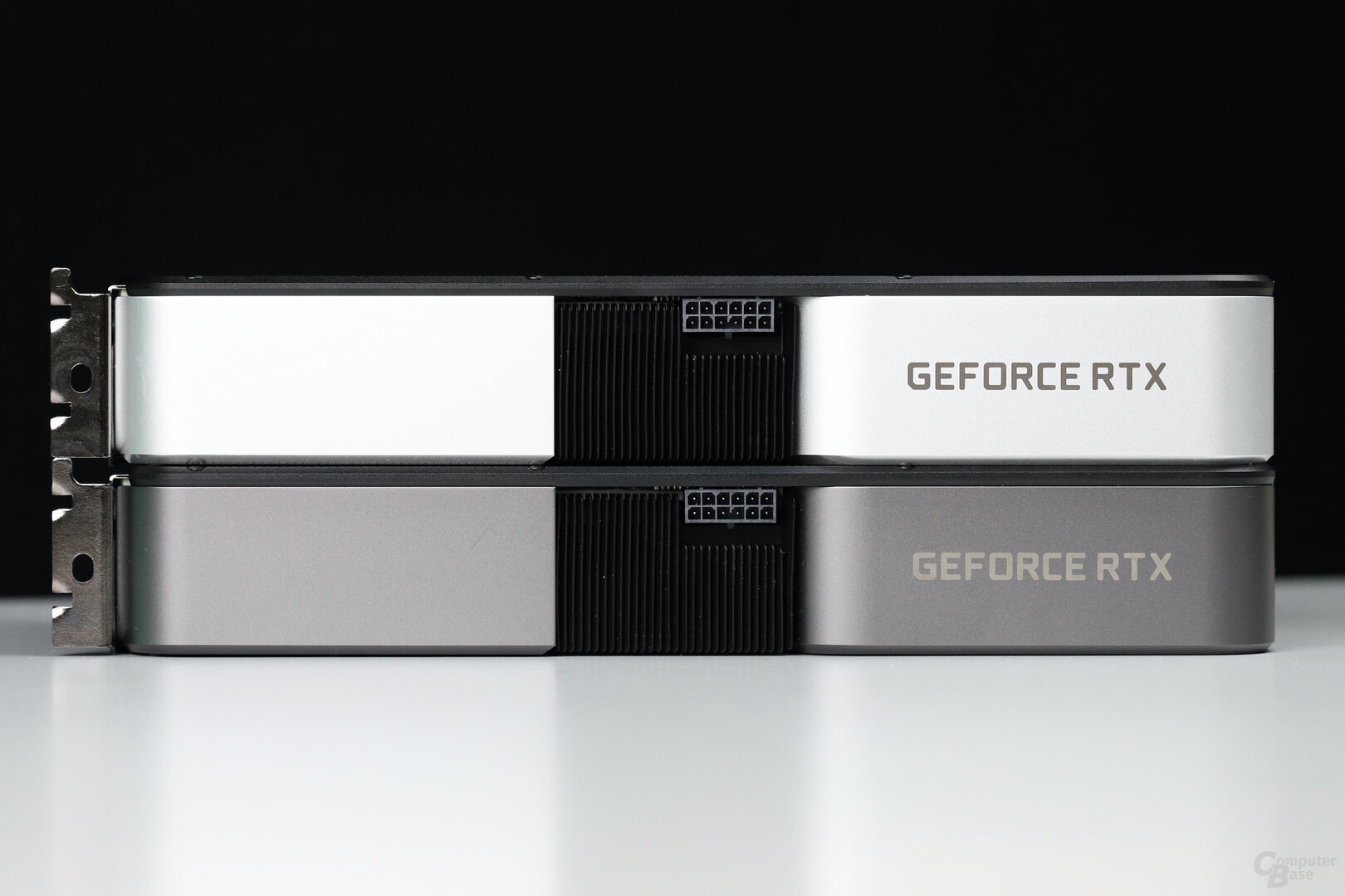 Die Nvidia GeForce RTX 3060 Ti FE (oben) hat eine andere Farbe