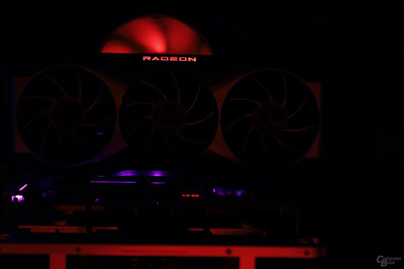 Schienen nicht nur auf Anfrage rot: Die Buchstaben auf der Radeon RX 6900 XT und 6800 XT