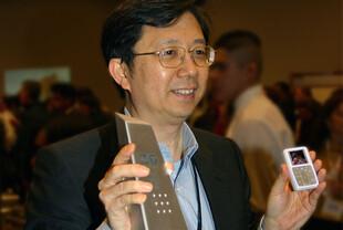 Creative CEO Sim Wong Hoo mit Zen Micro Foto und gewonnem Preis
