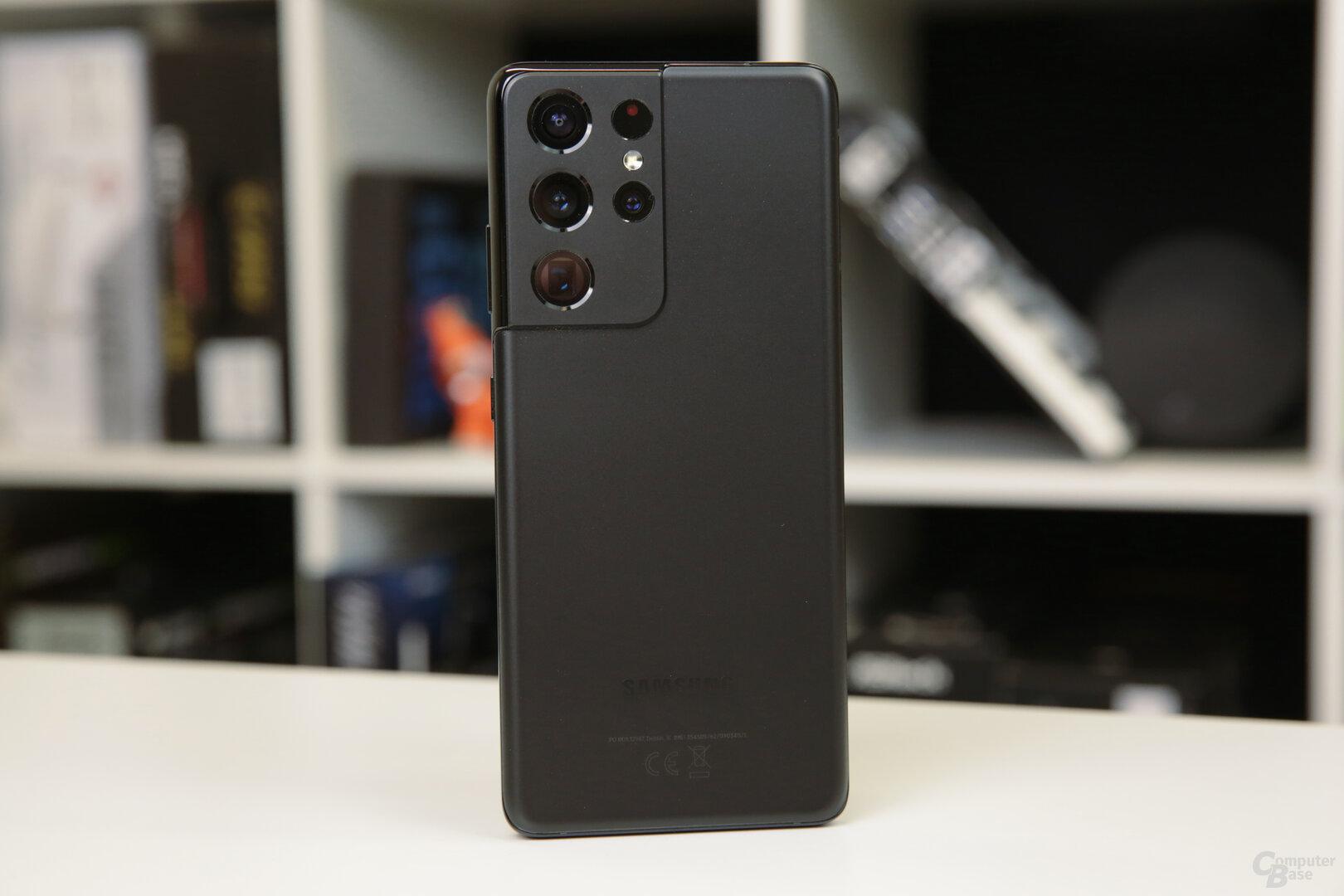 Das matte Phantom Black steht dem Galaxy S21 Ultra gut
