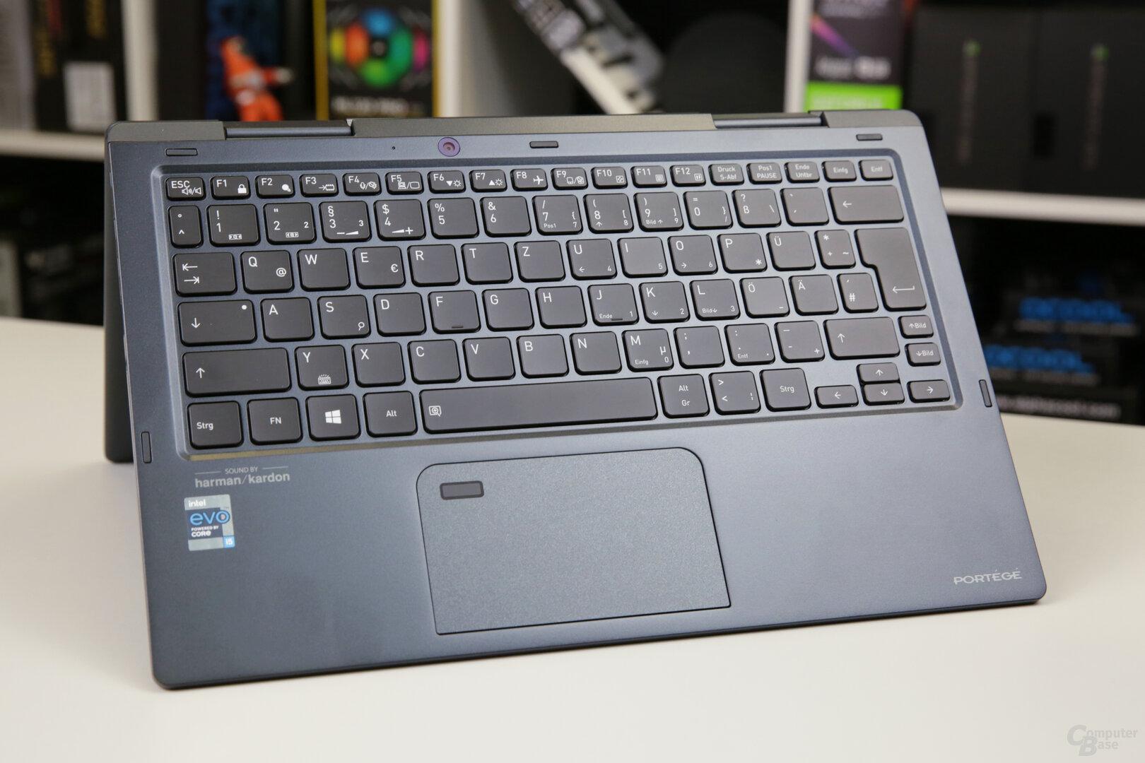 Tastatur und das eher kleine Touchpad des X30W-J