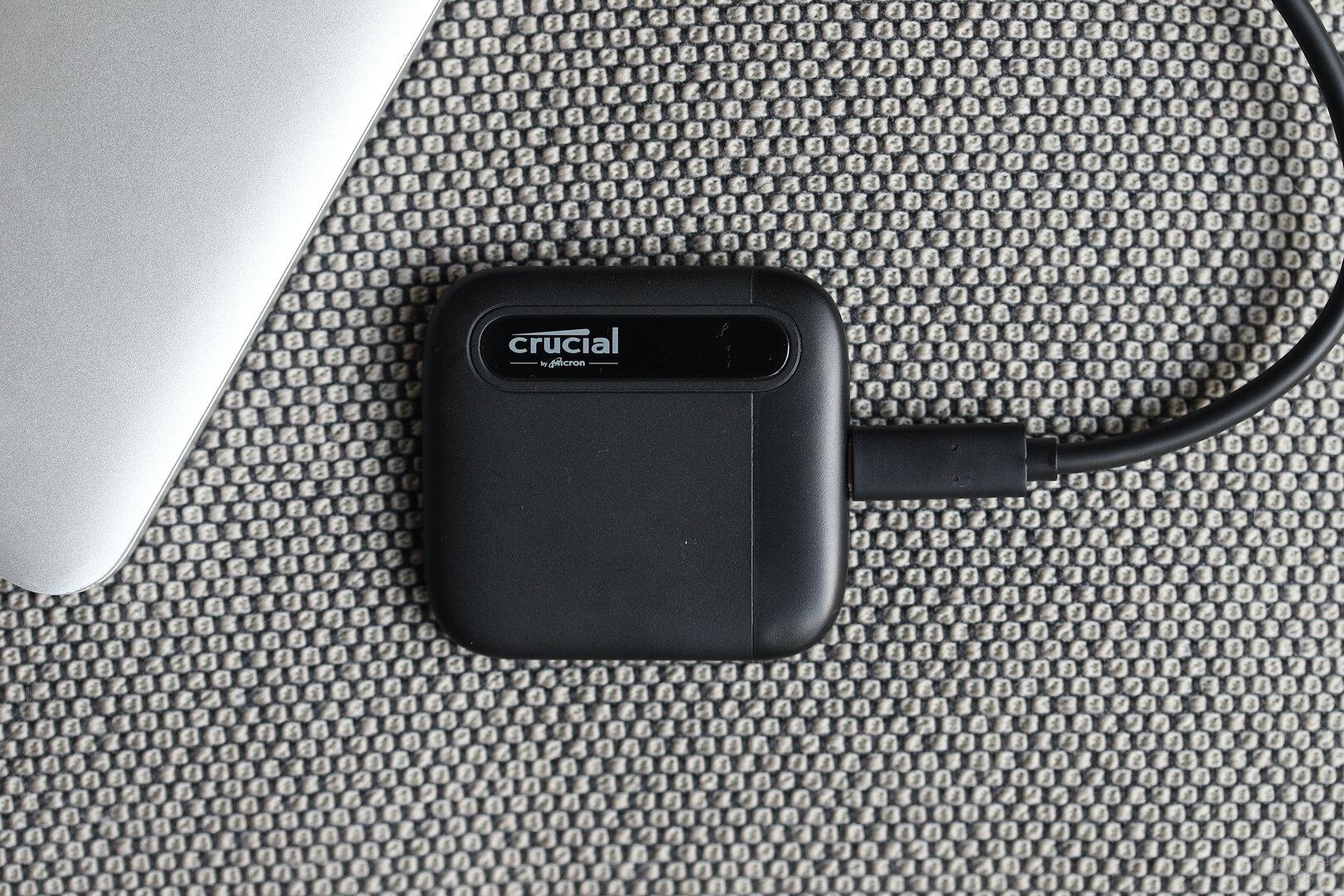 Die Crucial X6 Portable SSD 4 TB im kompakten Kunststoff-Gehäuse