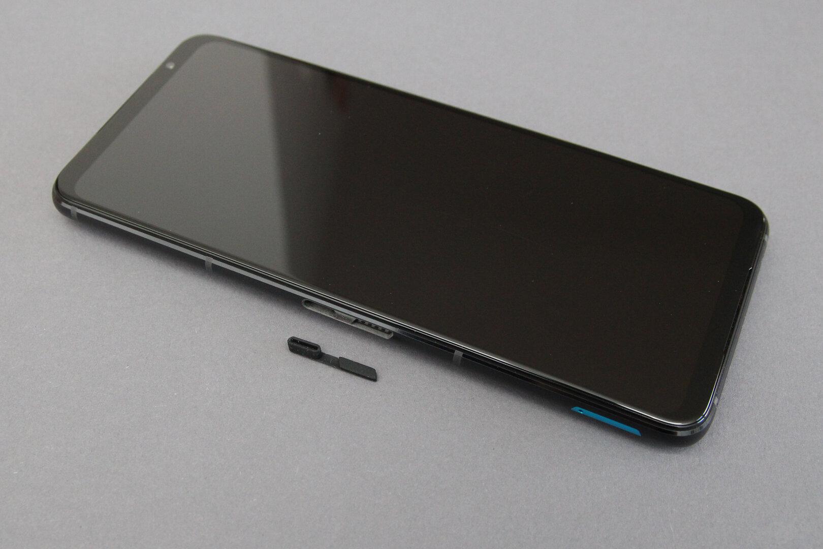Asus ROG Phone 5 mit Gummiabdeckung an der Seite