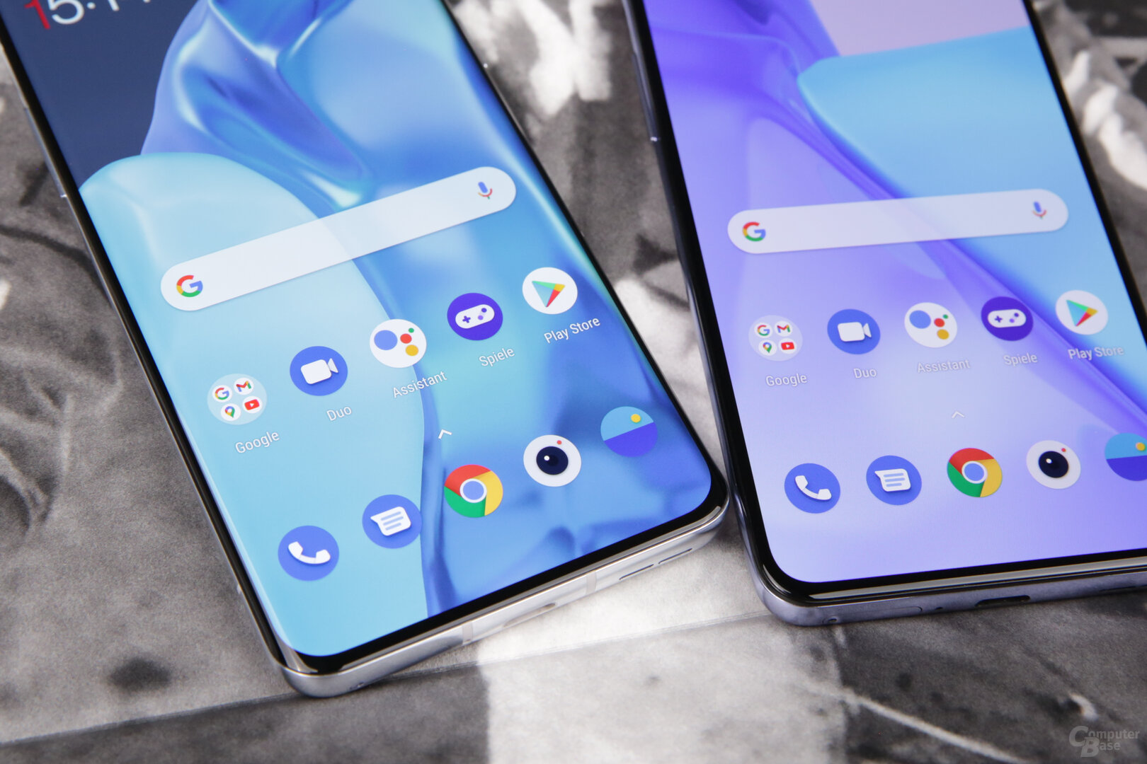 Das OnePlus 9 Pro (links) hat gekrümmte Displayränder