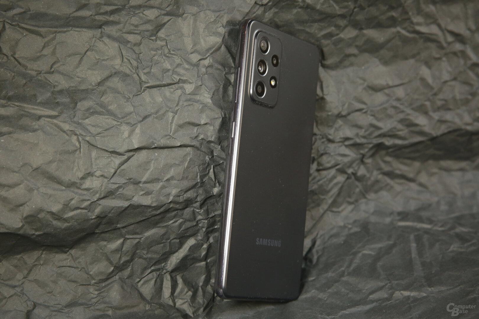 Lautstärke- und Power-Taste auf der rechten Seite