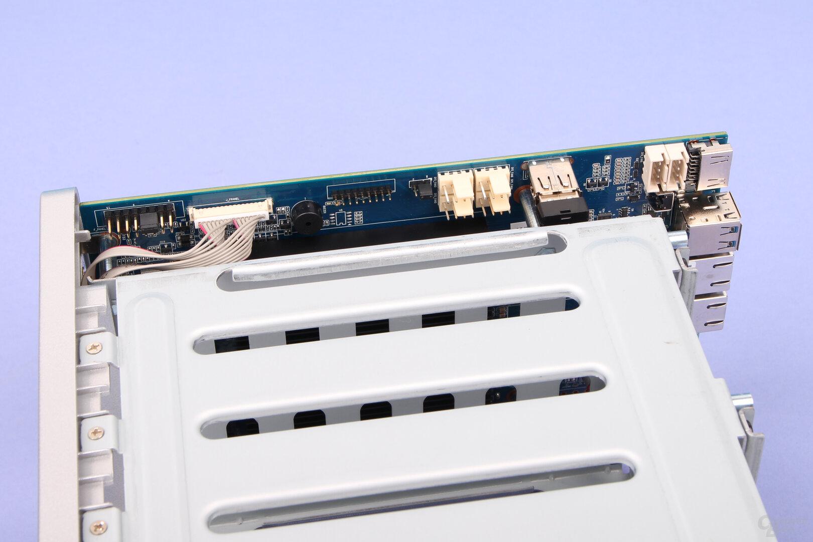 TerraMaster F5-221: Lüfter-Anschlüsse und USB-Port