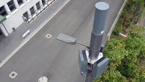 Small Cells: Telefónica hängt 5G-Antennen an Straßenlaterne auf